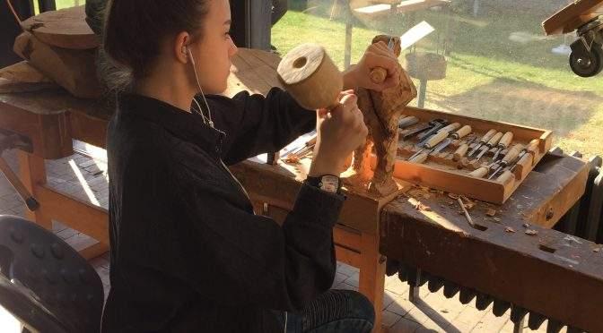 Bilder hauen, bauen oder auch sägen – Zukünftiger KUNST-LK zu Besuch in der Uni-Bildhauerei